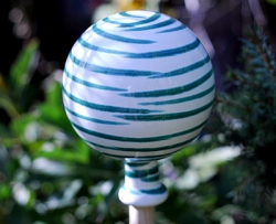 Dizzy Green Classic Garden Globe Collectable